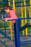Bambina in abiti sportivi sul campo da giuoco Fotografia Stock Libera da Diritti