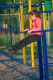 Bambina in abiti sportivi sul campo da giuoco Fotografie Stock