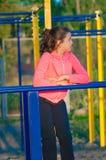 Bambina in abiti sportivi sul campo da giuoco Immagine Stock