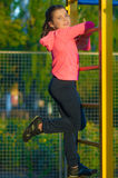 Bambina in abiti sportivi sul campo da giuoco Immagine Stock Libera da Diritti