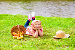 Bambina in abiti sportivi sul campo da giuoco Fotografia Stock