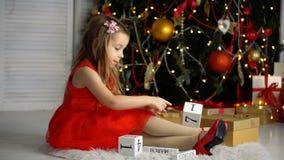 Bambina accanto all'albero di Natale archivi video