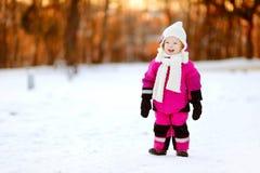 Bambina adorabile al tramonto un giorno di inverno Immagini Stock