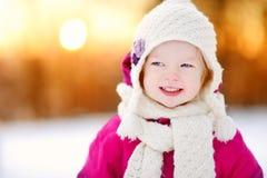 Bambina adorabile al tramonto un giorno di inverno Fotografia Stock