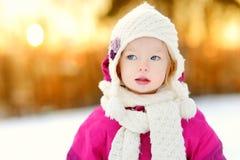 Bambina adorabile al tramonto un giorno di inverno Fotografia Stock Libera da Diritti
