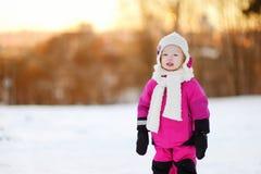 Bambina adorabile al tramonto un giorno di inverno Immagine Stock
