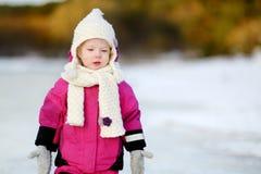 Bambina adorabile al tramonto un giorno di inverno Immagini Stock Libere da Diritti
