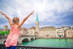 Bambina adorabile all'aperto a Zurigo, Svizzera Vista posteriore del fondo del bambino di bella città fotografie stock libere da diritti