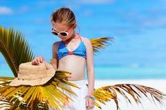 Bambina adorabile alla spiaggia Fotografie Stock Libere da Diritti