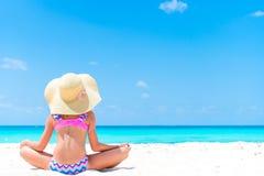 Bambina adorabile alla spiaggia durante le vacanze estive Punto di vista posteriore del bambino sulla spiaggia Fotografie Stock