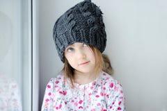Bambina adorabile in cappello grigio del knit Fotografie Stock Libere da Diritti