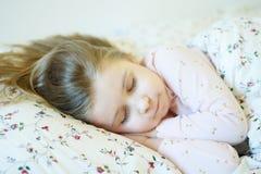 Bambina adorabile che dorme in un letto Fotografia Stock Libera da Diritti