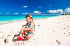 Bambina adorabile che gioca con i giocattoli durante fotografia stock libera da diritti