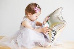 bambina adorabile che gioca con il pallone a forma di stella d'argento Fotografie Stock