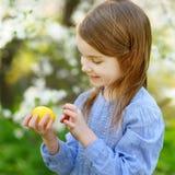 Bambina adorabile che gioca in un giardino su Pasqua immagini stock libere da diritti