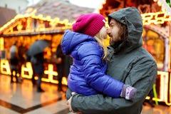 Bambina adorabile che ha tempo meraviglioso sul mercato tradizionale di Natale Immagine Stock