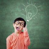 Bambina adorabile che indica all'immagine della lampada Fotografia Stock