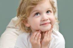 Bambina adorabile che osserva in su primo piano Immagine Stock