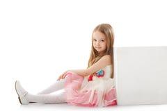 Bambina adorabile che posa appoggiandosi cubo immagini stock libere da diritti