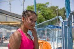 Bambina adorabile che posa vicino allo stagno di acqua ragazza sveglia del ritratto in costume da bagno rosa vicino allo stagno Fotografie Stock Libere da Diritti