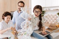 Bambina adorabile che studia biologia nella cucina Fotografia Stock
