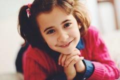 Bambina adorabile con il sorriso dolce che si riposa sul letto Fotografia Stock Libera da Diritti