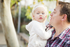 Bambina adorabile con il suo ritratto di papà Immagine Stock