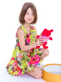 Bambina adorabile con il suo rosso teddybear. Fotografie Stock
