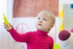 Bambina adorabile con la penna Immagine Stock