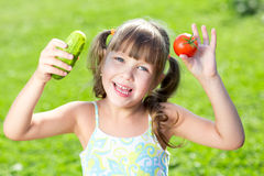 Bambina adorabile con le verdure all'aperto fotografia stock