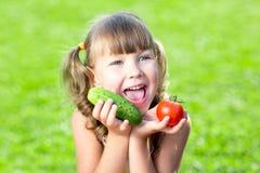 Bambina adorabile con le verdure all'aperto fotografia stock libera da diritti
