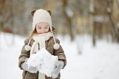 Bambina adorabile divertendosi il giorno di inverno Immagine Stock Libera da Diritti