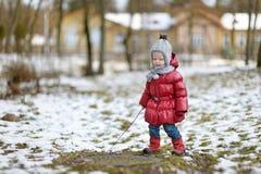 Bambina adorabile divertendosi il giorno di inverno Fotografia Stock
