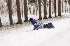 Bambina adorabile divertendosi il giorno di inverno Immagini Stock