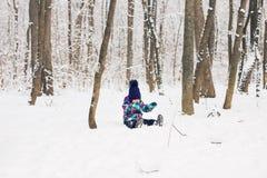 Bambina adorabile divertendosi il giorno di inverno Immagine Stock