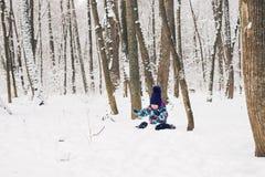 Bambina adorabile divertendosi il giorno di inverno Immagini Stock Libere da Diritti