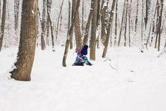 Bambina adorabile divertendosi il giorno di inverno Fotografie Stock