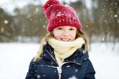 Bambina adorabile divertendosi nel bello parco di inverno Bambino sveglio che gioca in una neve fotografie stock