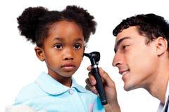 Bambina adorabile durante la chiamata medica Fotografia Stock Libera da Diritti