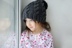 Bambina adorabile in knit grigio Fotografie Stock Libere da Diritti