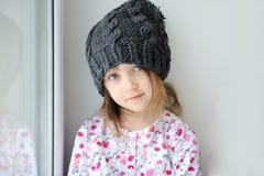 Bambina adorabile in knit grigio Immagine Stock