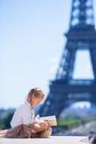 Bambina adorabile nel fondo di Parigi la torre Eiffel Immagini Stock Libere da Diritti
