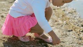 Bambina adorabile nel lancio rosa luminoso della gonna archivi video