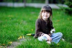 Bambina adorabile in vetri e maglione marrone Immagine Stock Libera da Diritti