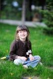 Bambina adorabile in vetri e maglione marrone Fotografia Stock