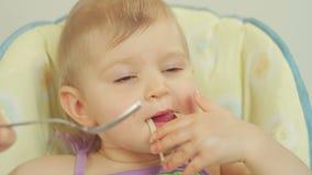 Bambina affascinante con una forcella che mangia gli spaghetti con carne stock footage