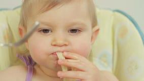 Bambina affascinante con una forcella che mangia gli spaghetti con carne archivi video