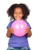 Bambina africana adorabile con la sfera dentellare Immagini Stock Libere da Diritti