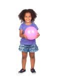 Bambina africana adorabile con la sfera dentellare Immagine Stock