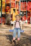 Bambina al campo da giuoco. Fotografia Stock